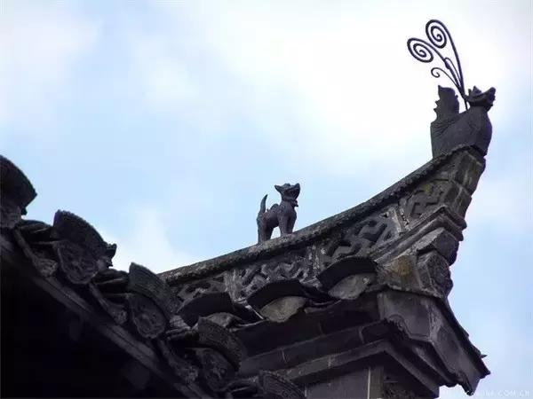 飞檐翘角 upturned eaves